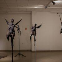 """Edmundas Frėjus, kompozicija """"Neskraidančios būtybės"""" ir """"Moterys su sparnais"""". Kalta geležis, 2009 m. Manto Bartaševičiaus nuotr."""