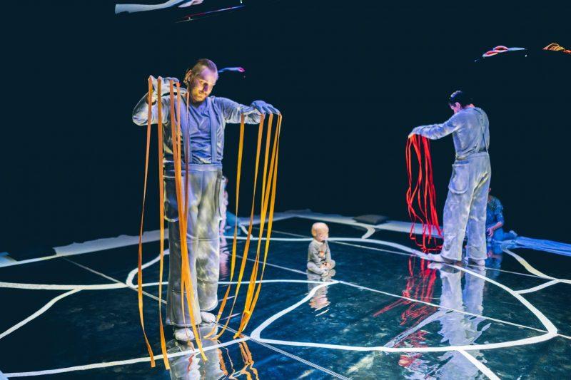 """Interaktyvus judesio ir objektų spektaklis kūdikiams """"Be galo, be krašto"""". Kristijono Lučinsko nuotr."""