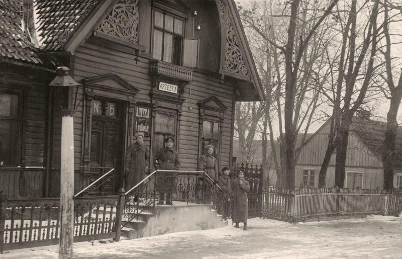 Bertingų šeimos vaistinė Palangoje su trimis iškabomis – latvių, rusų ir vokiečių kalbomis. Apie 1910–1915 m. LNM nuotr.