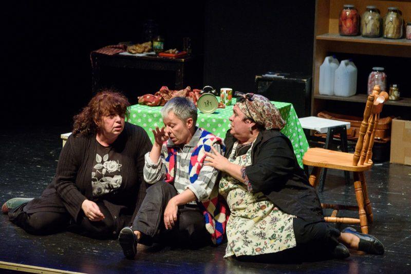 """Scena iš teatro """"Šatil"""" spektaklio """"Mamulės"""" (pjesės autorė Asia Kotliar, režisierius Nerijus Gedminas). Algirdo Kubaičio nuotr."""