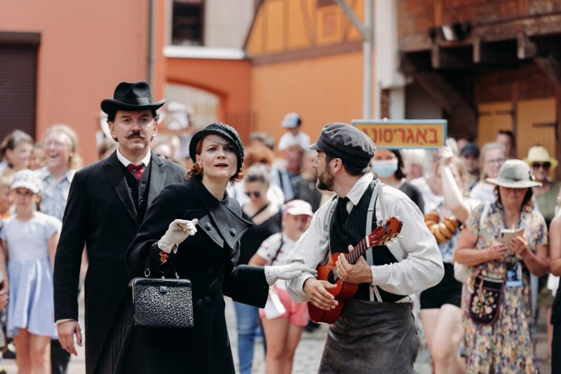 """Vilniečių """"Senųjų menų studija"""" ir ispanų režisierius A.Schvarzsteinas """"Šermukšnyje"""" surengė nuotaikingą muzikinį gatvės pasirodymą """"Sugrįžo"""". Indrės Pix / Prokadras.lt nuotr."""