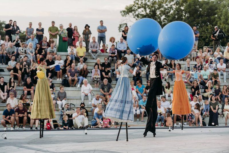 """Italų sceninių formų akademija """"Teatro Tascabile di Bergamo"""" į festivalį Klaipėdoje atvežė įspūdingą gatvės spektaklį """"Valsas"""" (rež. R.Vescovi). Indrės Pix / Prokadras.lt nuotr."""