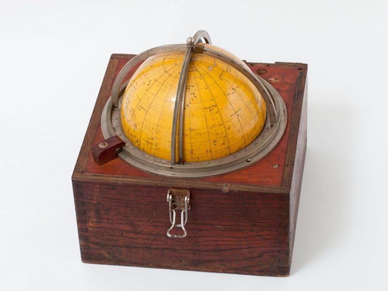 Navigacinis prietaisas žvaigždžių gaublys padėdavo jūrininkams nustatyti laivo vietą jūroje pagal žvaigždynų išsidėstymą dangaus sferoje. Lietuvos jūrų muziejaus nuotr.